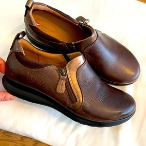 UNSTRUCTURED BY CLARKS.  BROWN LEATHER LOA…